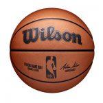 Wilson presenta el balón oficial de la NBA antes del comienzo de la temporada 2021-22