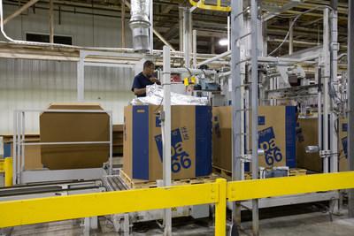 Un trabajador empaca polímero en la planta de Ascend en Pensacola. La planta es la instalación integrada de producción de poliamida66 más grande del mundo y fue recientemente reconocida por GM con el premio al Proveedor de calidad. (PRNewsfoto/Ascend Performance Materials)