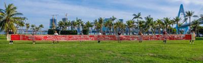 El equipo desplegó el rollo de 22metros para exhibirlo bajo el Puente del Siglo, un edificio icónico de Haikou, la capital provincial. (PRNewsfoto/Hainan International Media Center (HIMC))