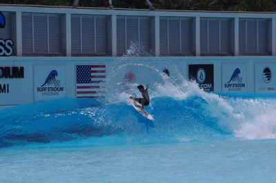 Hiroto Ohhara alcanzando el pico de la ola y extendiendo sus brazos en preparación para el debut olímpico de surf (PRNewsfoto/American Wave Machines, Inc.)